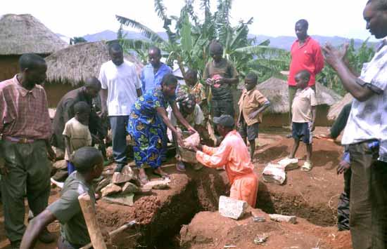 La population locale participe activement au chantier de construction et pose la première pierre de l'école Vutegha au Nord Kivu, RD Congo