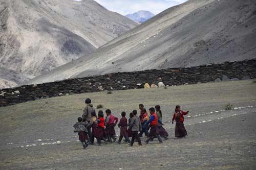 Enfants du Tibet sur le chemin de l'école au Népal