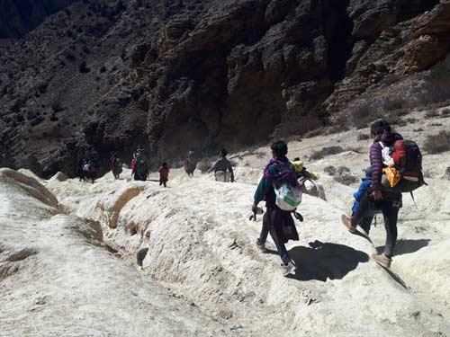 Descente vers la vallée, trek dans le Haut Dolpo au Népal