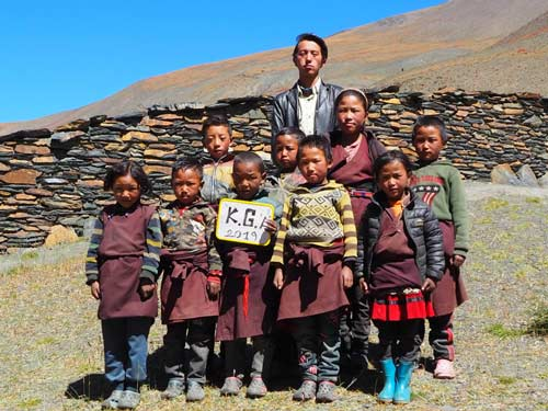 Enfants du Tibet, élèves de la classe LKG de l'école de Ting Kyu au Népal