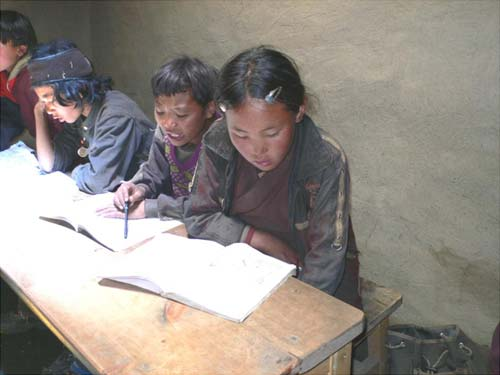 Des élèves studieux à Tinje, vallée de Panzang dans le Haut-Dolpo au Népal