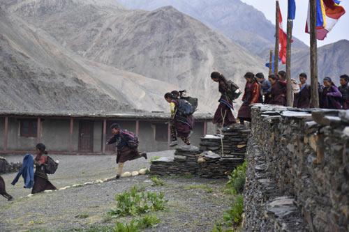Sur le chemin de l'école Kula Mountain School à Tinje, vallée de Panzang dans le Haut-Dolpo au Népal