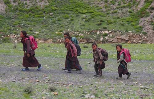 Enfants tibétains du Népal sur le chemin de l'école