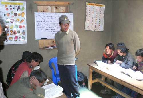Une classe de l'école de la Kula Mountain School à Tinje, vallée de Panzang dans le Haut-Dolpo au Népal
