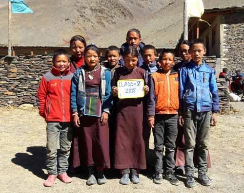 Enfants du Tibet, élèves de la classe 5 de l'école de Ting Kyu au Népal