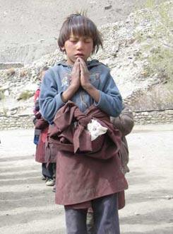 Enfant tibétain en prière, Haut Dolpo, Népal