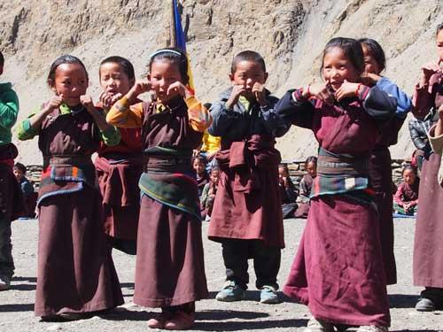 Enfant tibétain dans la cour de récréation, Haut Dolpo, Népal