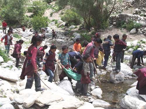 Nettoyage des torrents par les élèves de Tinje, vallée de Panzang dans le Haut-Dolpo au Népal