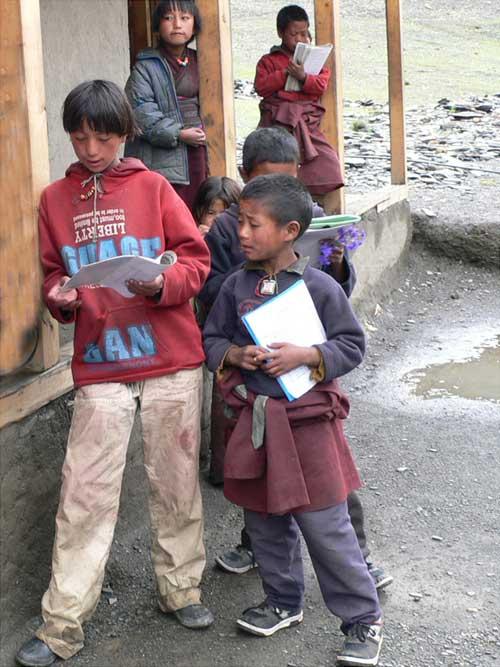 Révisions pendant la récréation pour les élèves de la Kula Mountain School de Tinje, vallée de Panzang dans le Haut-Dolpo au Népal