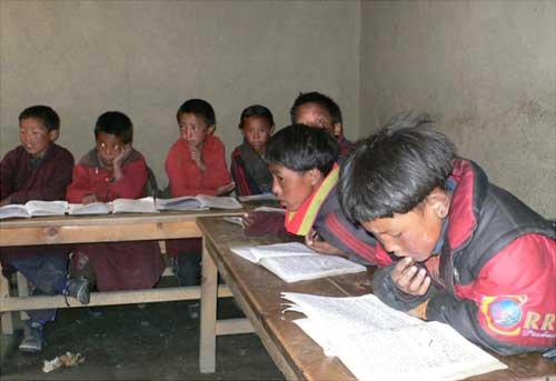Elèves au travail à l'école de la Kula Mountain School de Tinje, vallée de Panzang dans le Haut-Dolpo au Népal