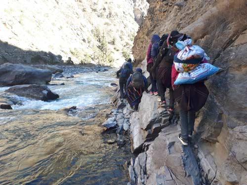 Passage difficile durant le trek de descente depuis Ting Kyu dans le Haut Dolpo