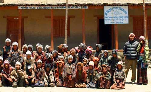 Enfants de Ting Kyu au Népal avec les bonnets chauds offerts par les parrains et marraines