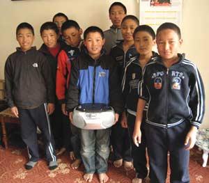 Un lecteur CD en cadeau à nos collégiens de Katmandou