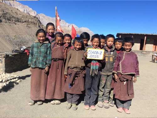 Les 11 enfants de la classe 1, l'équivalent du CP au Népal