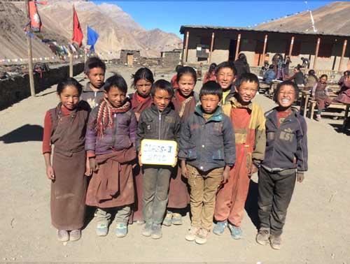 Les 10 élèves de la classe 2, l'équivalent du CE1 au Népal