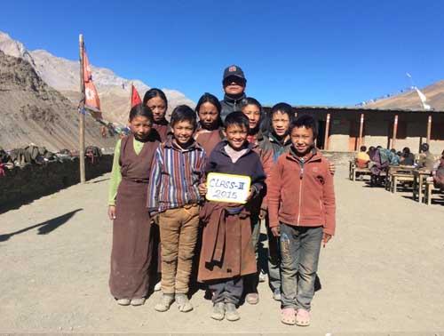 Les 8 élèves de la classe 3, l'équivalent du CE2 au Népal