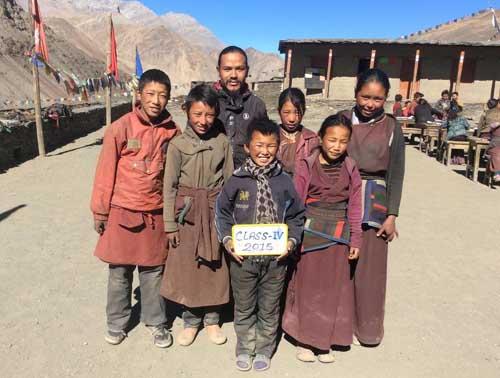 Les 6 élèves de la classe 4, l'équivalent du CM1 au Népal
