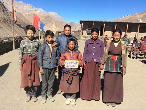Les 5 élèves de la classe 5, l'équivalent du CM2 au Népal