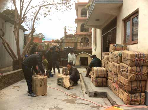 Les étudiants de Katmandou préparent les colis pour l'école du Haut-Dolpo au Népal