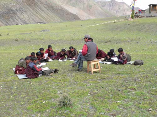 Ecole en plein air à Ting Kyu dans le Haut Dolpo au Népal