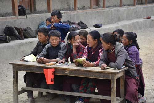 Classe en plein-air pour mes écoliers de l'école de Tinje dans le Haut-Dolpo au Népal