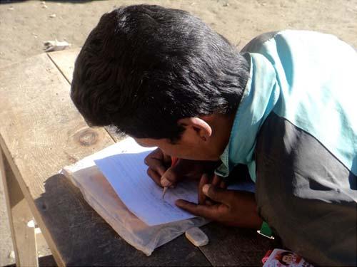 Un jeune tibétain du Dolpo apprend à écrire