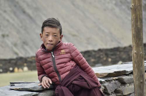 Enfant du Népal élève de la Kula Mountain School au Dolpo à la frontière du Tibet