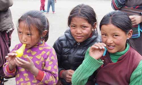 Enfant jouant avec des ballons de baudruche au Népal