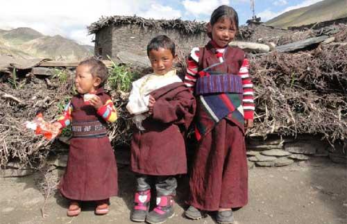 Enfants tibétains de Ting Kyu au Népal