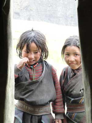 Fillettes tibétaines de la vallée du Haut Dolpo au Népal, village de Ting Kyu