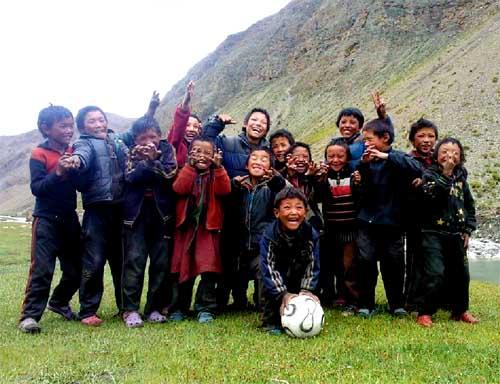 Les enfants tibétains du Népal aiment jouer au football !