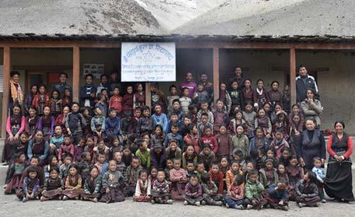 Groupe des élèves de la Kula Mountain School à Tinje, vallée de Panzang dans le Haut-Dolpo au Népal