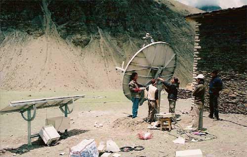 Liaison satellitaire et panneaux solaires pour l'électrification de l'école de Ting Kyu au Népal.