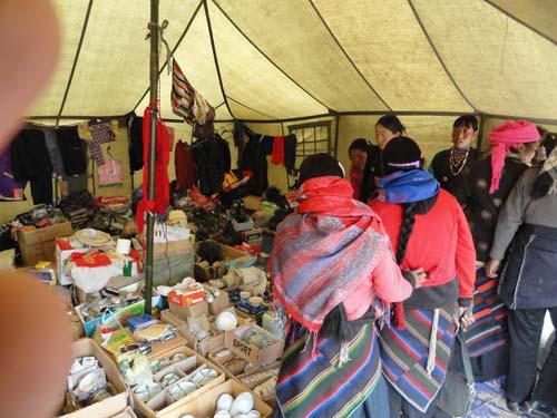 Un marché sous tente dans le Haut Dolpo, vallée de Panzang au Népal