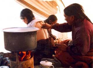 L'amchi de Ting Kyu dans le Haut Dolpo soignant un malade par la médecine traditionnelle Tibétaine au Népal.