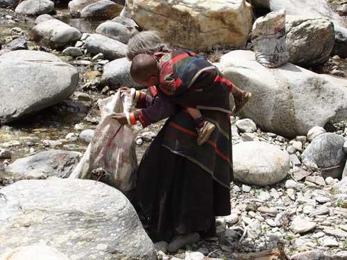 Nettoyage des environs du village de de Tinje, vallée de Panzang dans le Haut-Dolpo au Népal