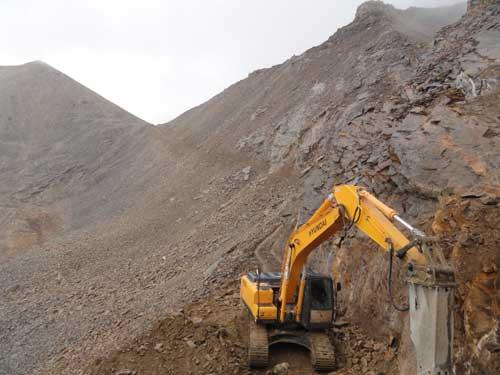 Ouverture au bulldozer de la route Chine - Népal