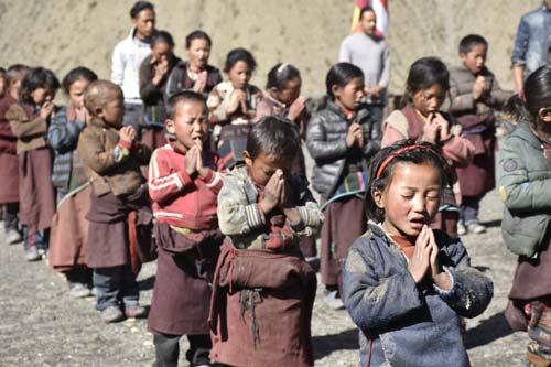 Temps de prière pour les écoliers tibétains de la Kula Mountain School à la frontière du Tibet