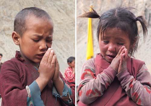 Temps de prière pour les écoliers tibétains de la Kula Mountain School dans le Haut Dolpo au Tibet
