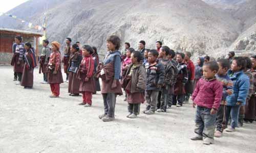 Les enfants en rangs dans la cour de l'école de Ting Kyu, Haut-Dolpo au Népal