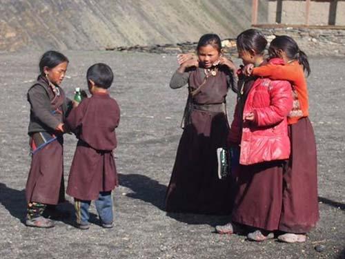 Les enfants tibétains du Dolpo aiment jouer pendant la récréation !