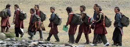 Jeunes tibétains de Ting Kyu se rendant à l'école