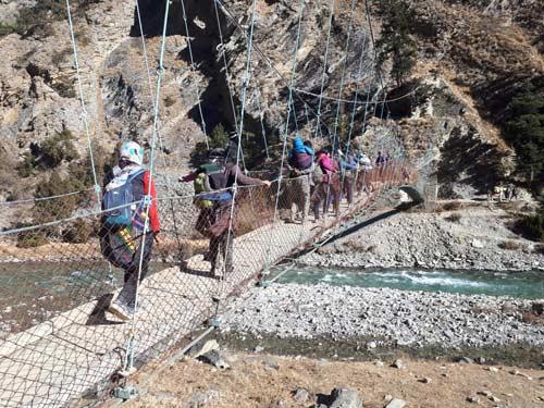 Passage de ponts supendus durant le trek dans le Haut Dolpo au Népal