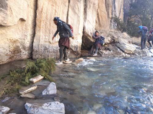 Passage délicat durant le trek de descente depuis Ting Kyu dans le Haut Dolpo