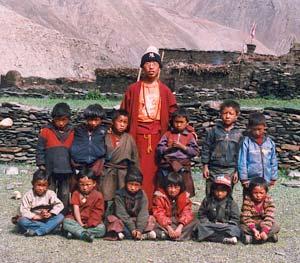 Les élèves de la classe UKG avec le professeur de Tibétain