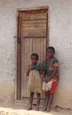 Elèves devant la porte de leur école à Kakonze