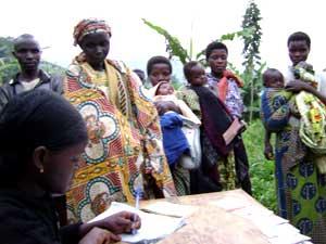 Mamans déclarant la naissance de leur enfant à l'état civil de Vutswigha, groupement Buyora
