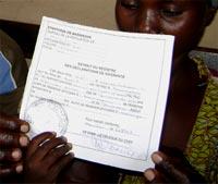Une mère obtient un acte de naissance pour son enfant à Mambira, groupement Bulengya, RD Congo