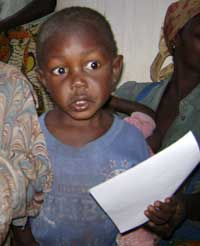 Un enfant et son acte de naissance à Bukendo, groupement Bulengya, RDC