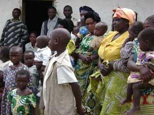 Mamans venant inscrire leur enfant au bureau d'état civil de Kivugha, groupement Ngulo